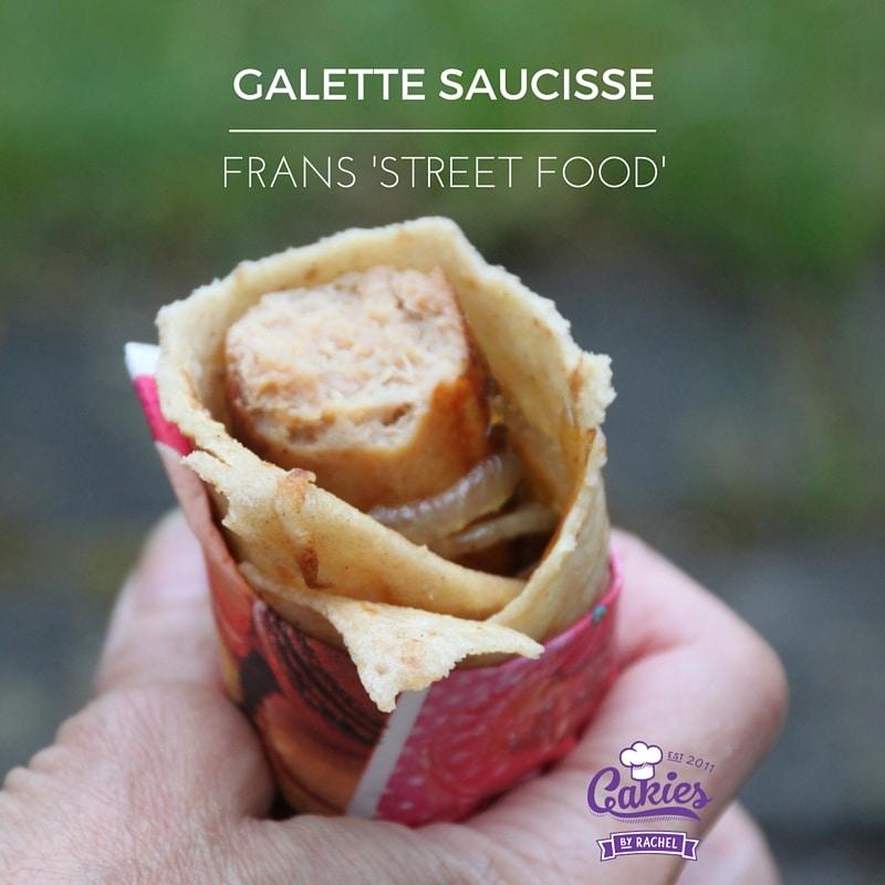 Galette Saucisse Recept | Galette Saucisse is een soort Franse versie van de hotdog. Een heerlijke worst gewikkeld in een crêpe | http://www.cakies.nl