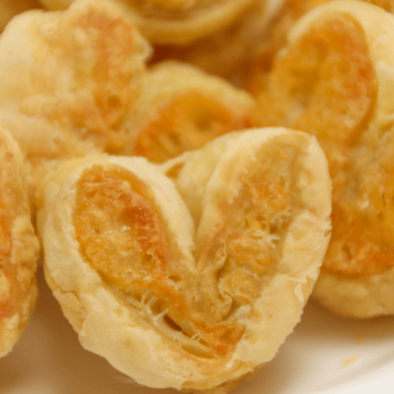 Kaasvlinders kan je heel makkelijk zelf maken. Je hebt alleen bladerdeeg, kaas en ei nodig om je eigen kaasvlinders te maken. Een lekkere hartige snack.