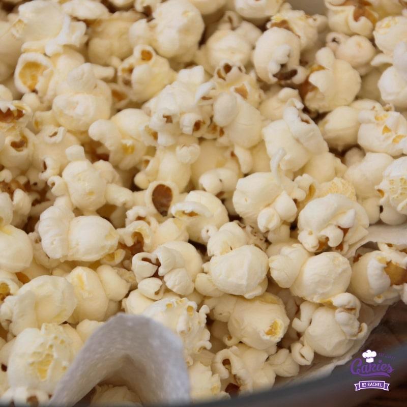 Heb je je wel eens afgevraagd, 'Hoe maak je popcorn eigenlijk?' Popcorn maken zoals vroeger kan echt heel leuk zijn en het smaakt nog lekkerder ook nog