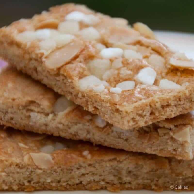 Jan Hagel Koekjes zijn een typisch Hollands koekje. Een heerlijk bros koekje met een vleugje kaneel, bedekt met amandelen en parelsuiker.