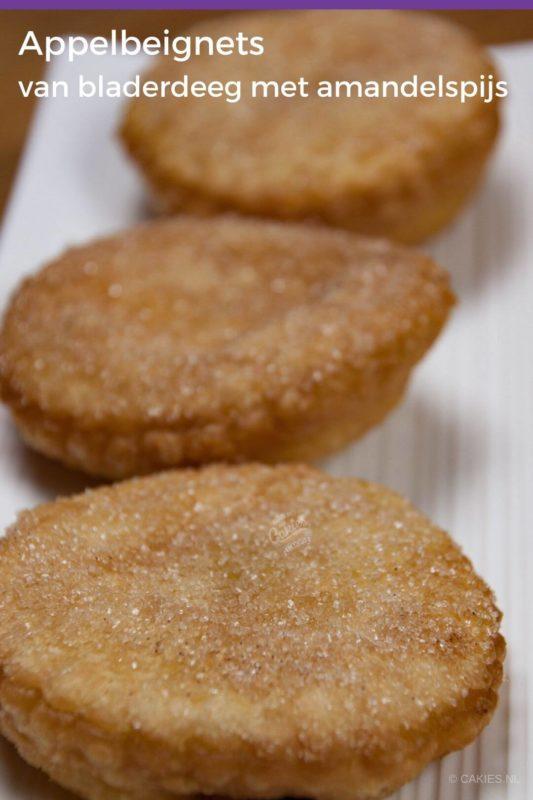 drie appelbeignets van bladerdeeg op een wit bord