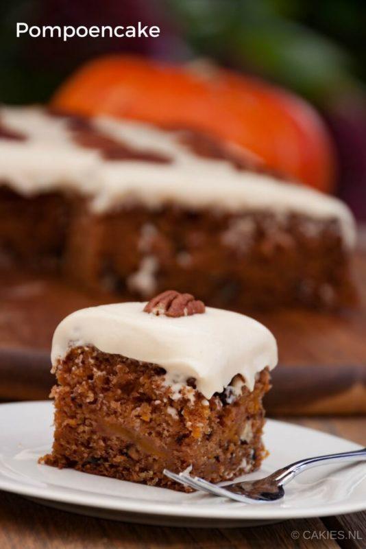 Pompoen cake is gemaakt met geraspte pompoen, appel, pecannoten met een bruine suiker en roomkaas frosting. Een pompoen versie van worteltaart. #pompoen #pompoencake #recept #recepten