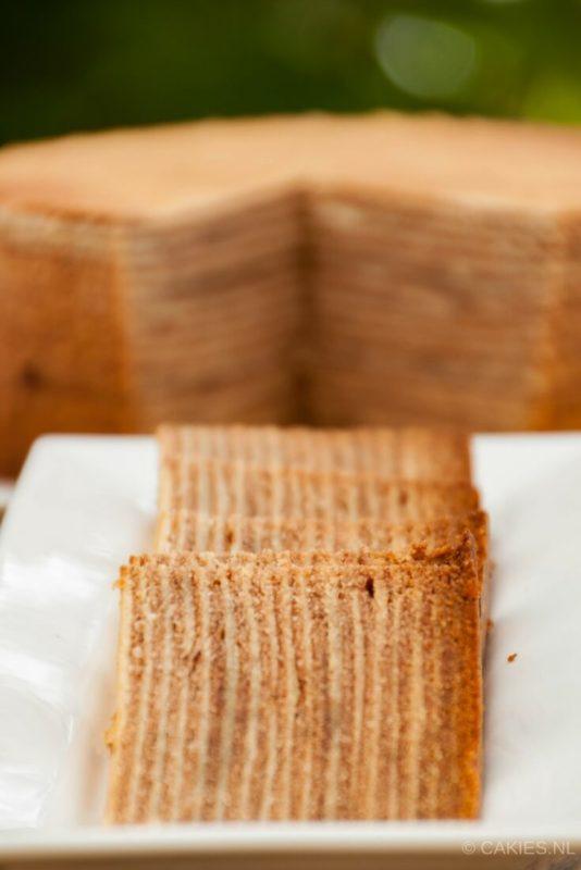 Spekkoek is een Indische laagjescake. Spekkoek wordt ook wel spekkuk en kue lapis legit genoemd. Zelfgemaakte spekkoek is tijdrovend maar super lekker. | Spekkoek Recept | #recept #recepten