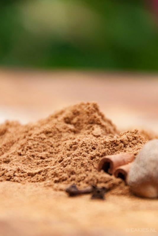 Spekkoekkruiden zijn een geurig mengsel van kaneel, kruidnagel, nootmuskaat en kardemom. Spekkoekkruiden lijken sterk op speculaaskruiden. | Spekkoekkruiden Recept