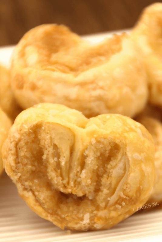 Suikervlinders zijn een knapperig, zoet Frans koekje, ook wel Palmier genoemd. Met 3 ingrediënten kan je zelf deze heerlijke suikervlinder koekjes maken.