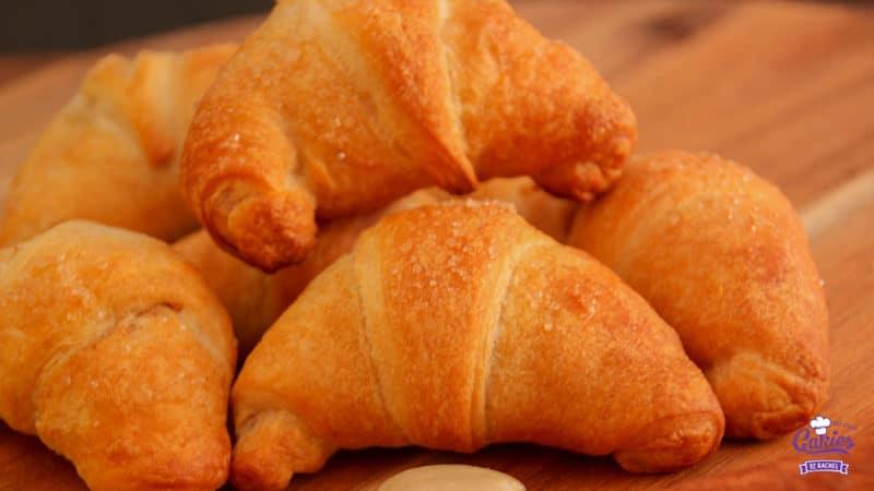 Appel Speculaas Croissants Recept | Croissantjes gevuld met speculaas en suiker bedekte appeltjes en amandelspijs. Een heerlijk hapje voor de herfst en de winter. Appel speculaas croissants. | http://www.cakies.nl | Stap 13