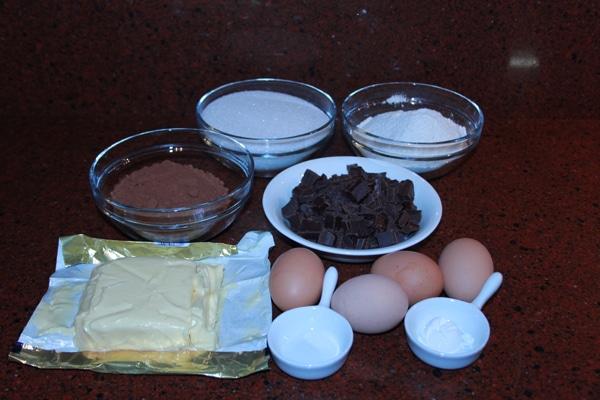 Brownies Recept voor Bere-slechte maar zo lekkere brownies | Een heerlijk en super makkelijk Brownies recept. Deze brownies zijn een hit op elk feestje. Onder vrienden is dit mijn meest gevraagde brownies recept :). | http://www.cakies.nl | Stap 01