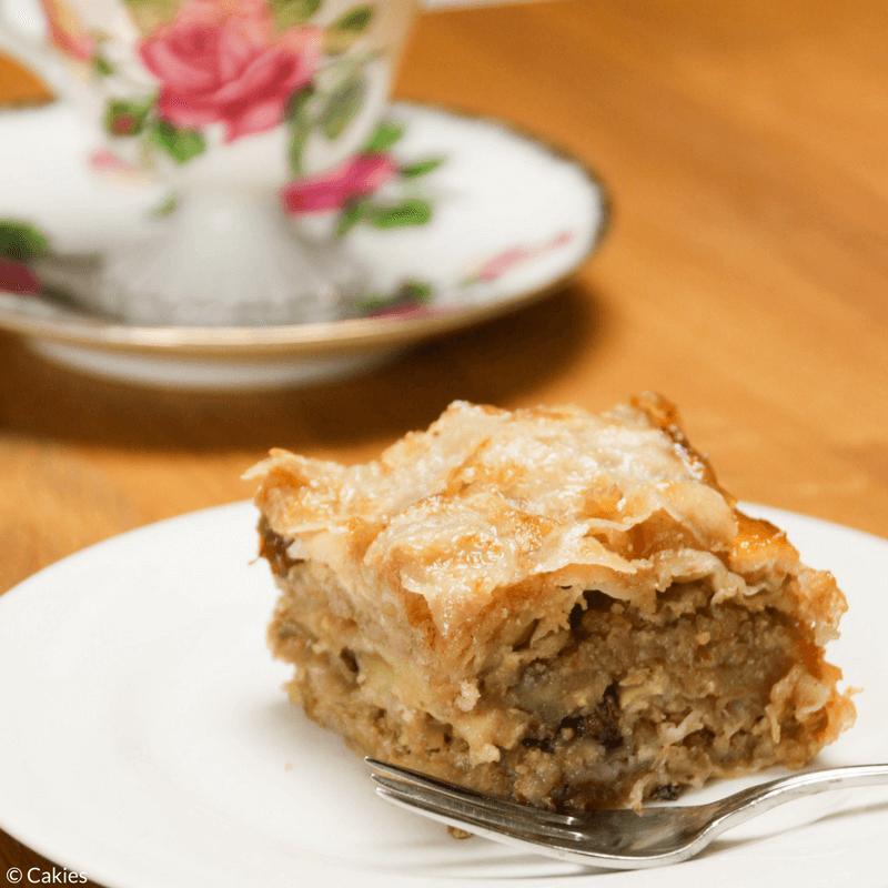 Bregovska Pita is een Kroatische laagjestaart dat van generatie op generatie is doorgegeven. Gemaakt met laagjes filodeeg, appels, rozijnen en walnoten.