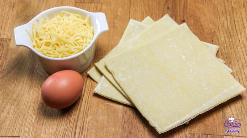 Kaasvlinders Recept | Kaasvlinders kan je heel makkelijk zelf maken. Je hebt alleen bladerdeeg, kaas en ei nodig om je eigen kaasvlinders te maken. Een lekkere hartige snack. | http://www.cakies.nl | Stap 01