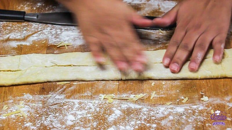 Kaasvlinders Recept | Kaasvlinders kan je heel makkelijk zelf maken. Je hebt alleen bladerdeeg, kaas en ei nodig om je eigen kaasvlinders te maken. Een lekkere hartige snack. | http://www.cakies.nl | Stap 12