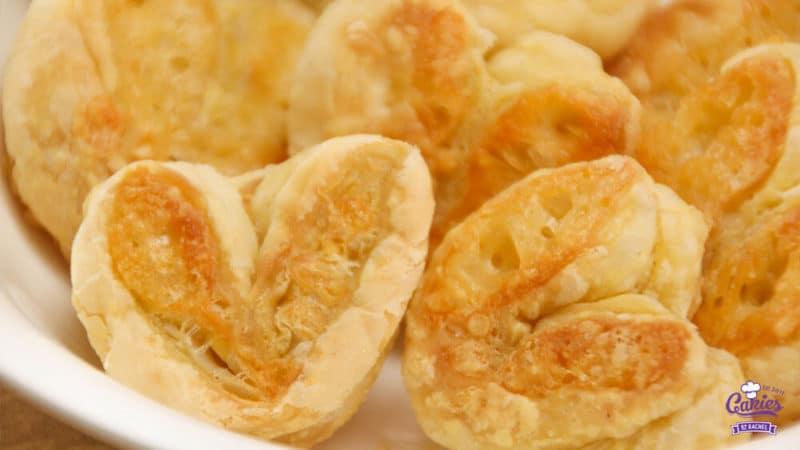 Kaasvlinders Recept | Kaasvlinders kan je heel makkelijk zelf maken. Je hebt alleen bladerdeeg, kaas en ei nodig om je eigen kaasvlinders te maken. Een lekkere hartige snack. | http://www.cakies.nl | Stap 18