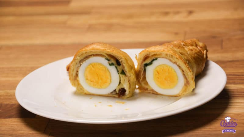 Deze croissants gevuld met ei zijn een heerlijke lekkernij voor het ontbijt of brunch in het weekend. Een leuk en lekker brunch idee voor Pasen! | http://www.cakies.nl | Stap 11