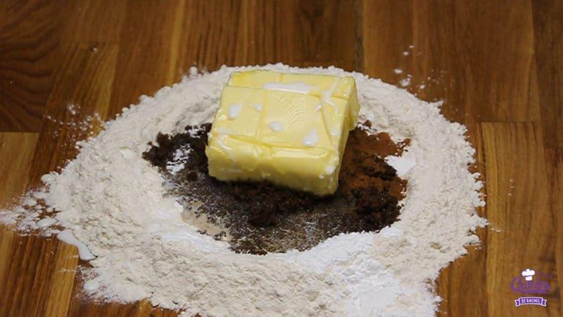 Speculaasjes Recept | Speculaasjes maken is heel makkelijk en super lekker. Je kan de speculaasjes maken met een speculaasplank of koekjes uitsteken met een vormpje. | http://www.cakies.nl | Stap 03