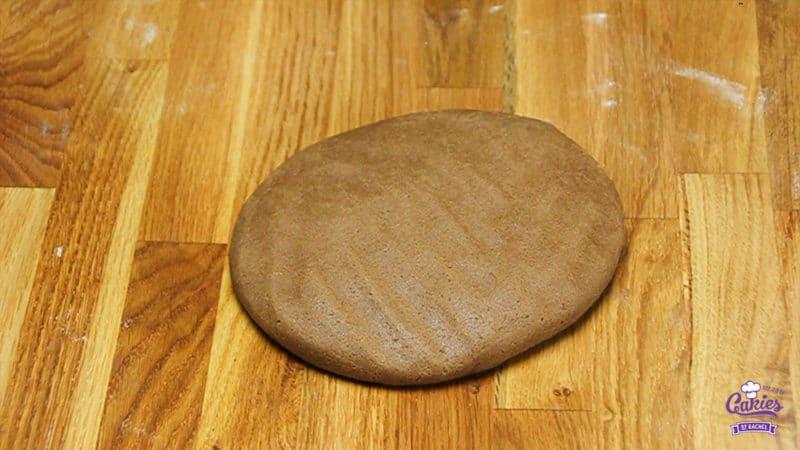 Speculaasjes Recept | Speculaasjes maken is heel makkelijk en super lekker. Je kan de speculaasjes maken met een speculaasplank of koekjes uitsteken met een vormpje. | http://www.cakies.nl | Stap 05