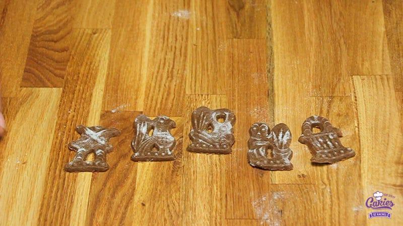 Speculaasjes Recept | Speculaasjes maken is heel makkelijk en super lekker. Je kan de speculaasjes maken met een speculaasplank of koekjes uitsteken met een vormpje. | http://www.cakies.nl | Stap 11