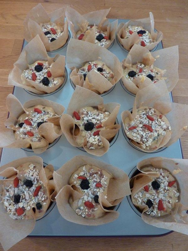 Jammie Goji Bes, Bosbes en Honing Muffins | Deze goji bes en bosbes muffins zitten bomvol heerlijke antioxidanten. In combinatie met de zoetheid van de honing zijn ze helemaal jammie! | http://www.cakies.nl | Stap 22