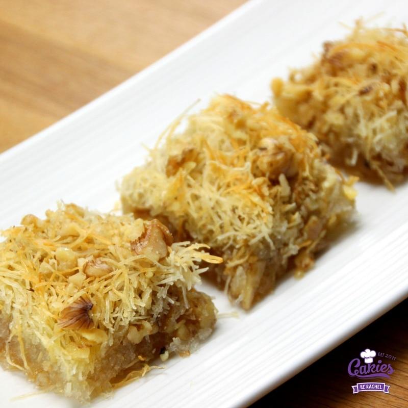 Kadaif (Kadayif) is de volgende nog lekkerder als de siroop is opgenomen door het deeg. Een zoet en knapperig recept.