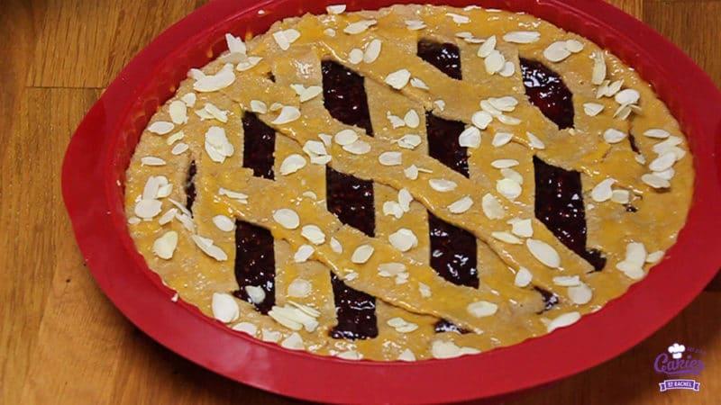 Oostenrijkse Linzer Torte Recept  | Linzer Torte is schijnbaar de oudste taart ter wereld. Een klassieke Oostenrijkse taart gemaakt van een kruimelig deeg met aalbessen vulling. | http://www.cakies.nl | Stap 22