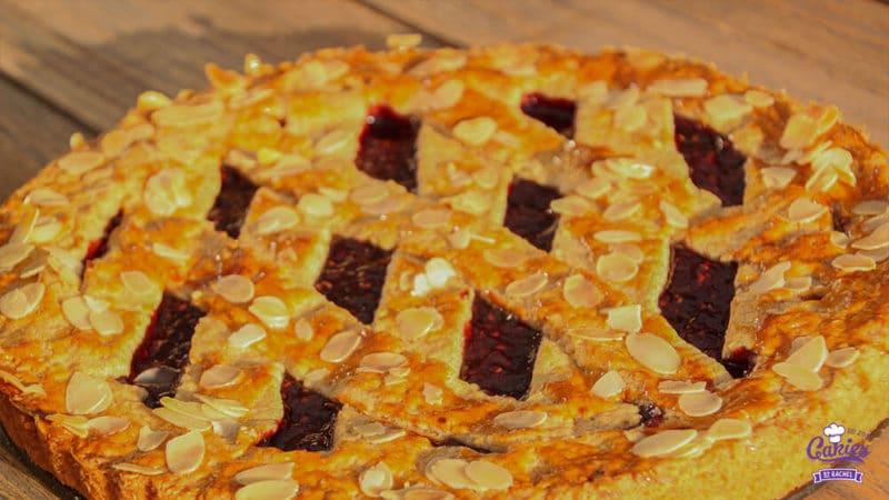 Oostenrijkse Linzer Torte Recept | Linzer Torte is schijnbaar de oudste taart ter wereld. Een klassieke Oostenrijkse taart gemaakt van een kruimelig deeg met aalbessen vulling. | http://www.cakies.nl | Stap 23