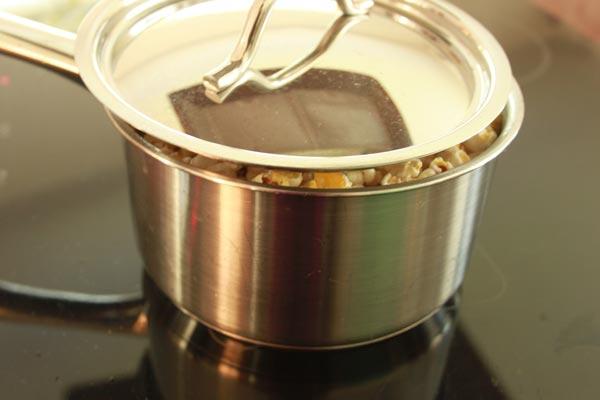 Hoe Maak Je Popcorn (zoals vroeger) | Heb je je wel eens afgevraagd, 'Hoe maak je popcorn eigenlijk?' Popcorn maken zoals vroeger kan echt heel leuk zijn en het smaakt nog lekkerder ook nog! | http://www.cakies.nl | Stap 07