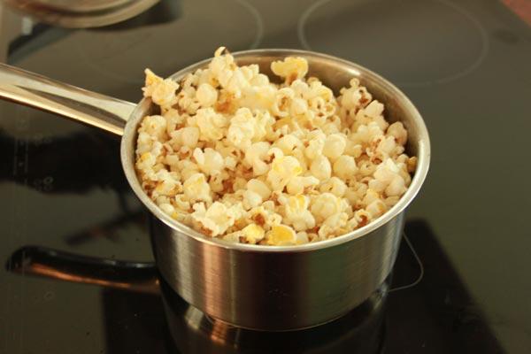 Hoe Maak Je Popcorn (zoals vroeger) | Heb je je wel eens afgevraagd, 'Hoe maak je popcorn eigenlijk?' Popcorn maken zoals vroeger kan echt heel leuk zijn en het smaakt nog lekkerder ook nog! | http://www.cakies.nl | Stap 08