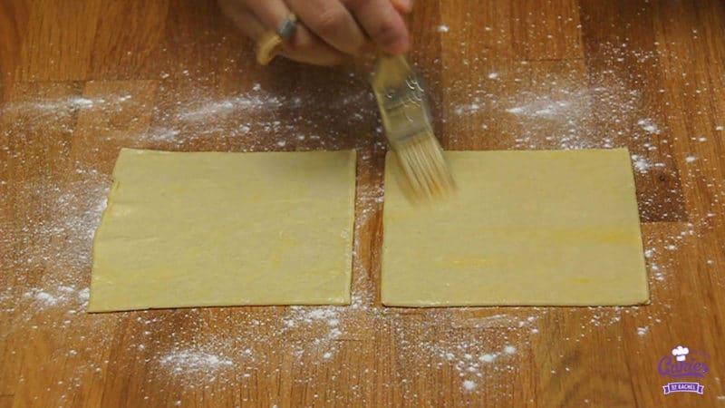 Kaasstengels Recept | Kaasstengels zijn echt super makkelijk om zelf te maken. Deze knapperige kaasstengels zijn een hit op elk feestje. Een lekkere snack. | Stap 04