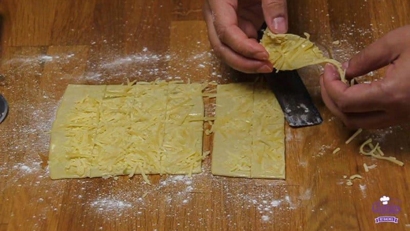 Kaasstengels Recept | Kaasstengels zijn echt super makkelijk om zelf te maken. Deze knapperige kaasstengels zijn een hit op elk feestje. Een lekkere snack. | Stap 10