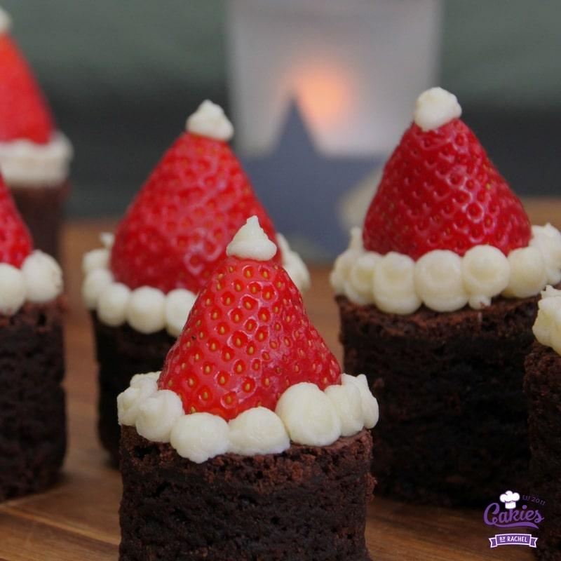 Kerstmuts Brownies | Deze Kerstmuts Brownies zijn super schattig en makkelijk om te maken. Een perfect kersthapje. Iedereen is dol op deze brownies met aardbeien.| http://www.cakies.nl