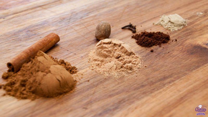 Spekkoekkruiden Recept | Spekkoekkruiden zijn een geurig mengsel van kaneel, kruidnagel, nootmuskaat en kardemom. Spekkoekkruiden lijken sterk op speculaaskruiden. | http://www.cakies.nl | Ingrediënten