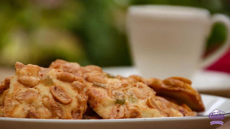 Adolfina Koekjes | Adolfina koekjes zijn heerlijke pinda en sukade koekjes. Een lekker koekjesdeeg met daar bovenop een mengsel van pinda's en sukade. Probeer ze maar! | http://www.cakies.nl | Stap 13