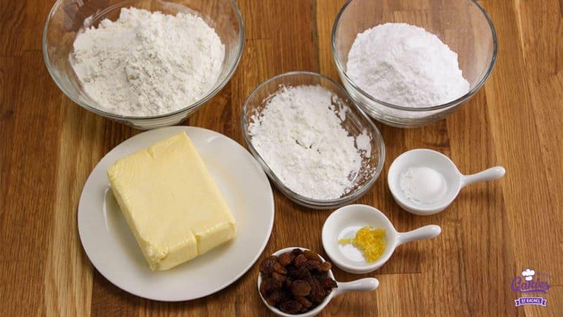 Surinaamse Boterbiesjes Recept | Surinaamse boterbiesjes, een heerlijk knapperig koekje met bovenop een rozijn of een krent. Surinaamse boterbiesjes zijn super makkelijk om zelf te maken. | http://www.cakies.nl | Stap 01