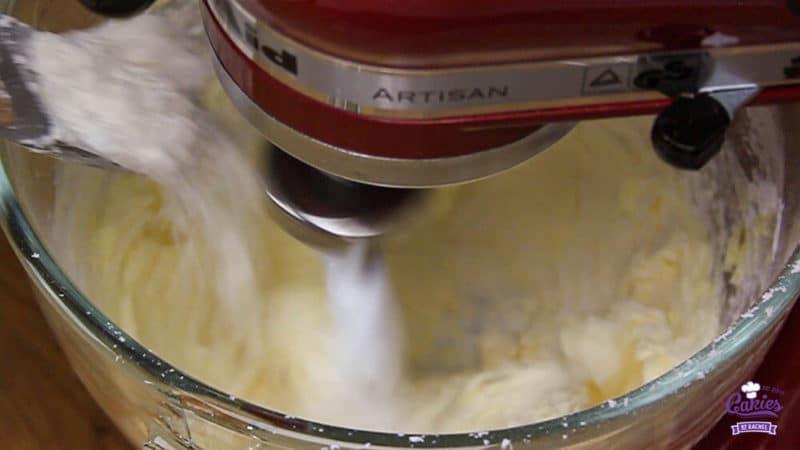 Surinaamse Boterbiesjes Recept | Surinaamse boterbiesjes, een heerlijk knapperig koekje met bovenop een rozijn of een krent. Surinaamse boterbiesjes zijn super makkelijk om zelf te maken. | http://www.cakies.nl | Stap 04