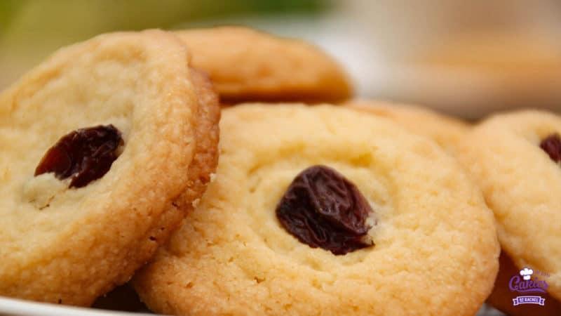 Surinaamse Boterbiesjes Recept | Surinaamse boterbiesjes, een heerlijk knapperig koekje met bovenop een rozijn of een krent. Surinaamse boterbiesjes zijn super makkelijk om zelf te maken. | http://www.cakies.nl | Stap 07